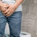 Incontinence masculine : causes et solutions à adopter